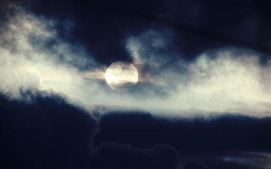 Обои Тучи закрывают ночное небо и полную луну