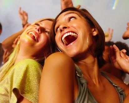 Обои Девушки танцуют на дискотеке