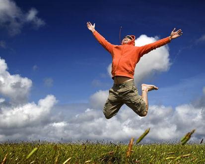 Обои Парень в прыжке раскинул руки, пытаясь обнять небо