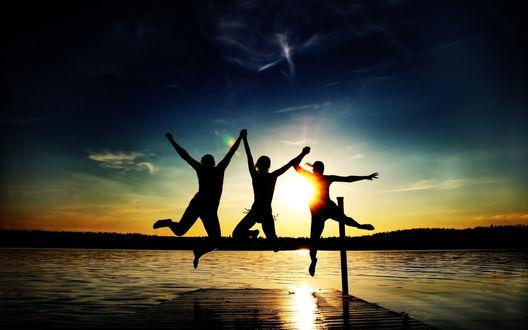 Обои Трое молодых людей прыгают с пирса в реку