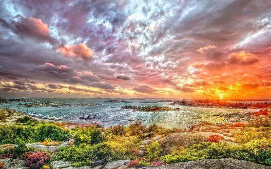 Обои Закат над красочным заливом, облака сгустились над поверхностью воды