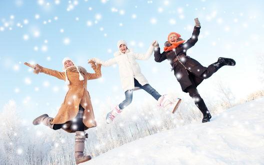 Обои Три девушки радуются падающему снегу, высоко прыгают и смеются