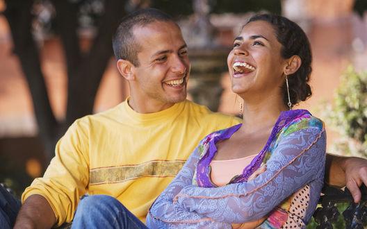 Обои Счастливая пара сидит на лавочке
