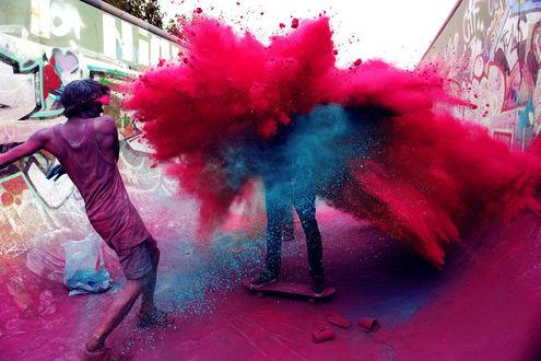 Обои Парни веселятся делая взрыв из малиновой и голубой красок