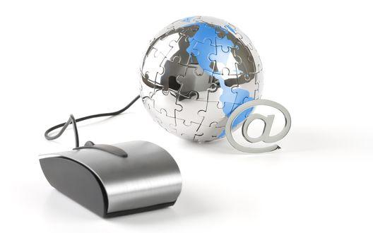 Обои Планета интернета, компьютерная мышь, глобус, сложенный из пазлов и символ электронной почты (@)