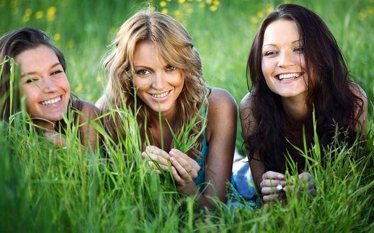 Обои Три радостные девушки на природе