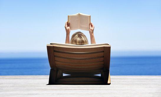 Обои Девушка читает книгу в шезлонге
