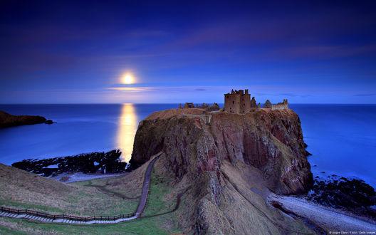 Обои Полнолуние над разрушенным замком Данноттар / Dunnotar, Шотландия / Scotland