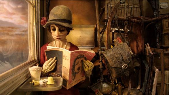 Обои Женщина-мумия, едет в поезде, читая газету сидя у горы хлама (Chatelaine)