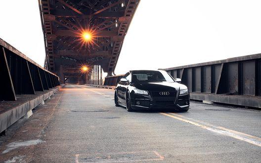 Обои Чёрная Ауди / Audi едет по мосту