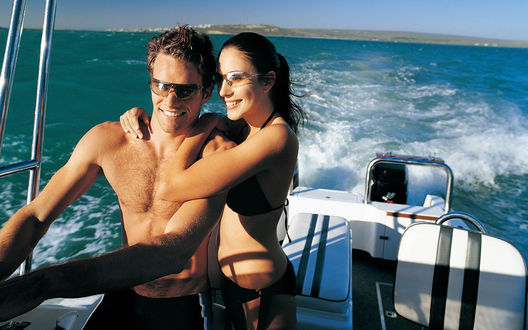 Обои Парень с девушкой на морской прогулке на катере