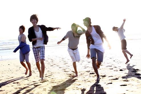 Обои Пятеро парней азиатов веселятся на пляже
