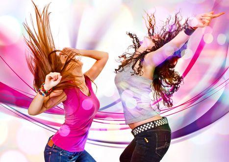 Обои Девушки с длинными волосами в розовой и белой майках танцуют на фоне фиолетовой абстракции