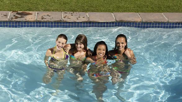 Обои Четыре девушки в бассейне