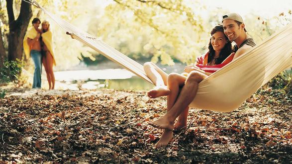 Обои Парень и девушка обернутая в полотенце сидят в гамаке на природе