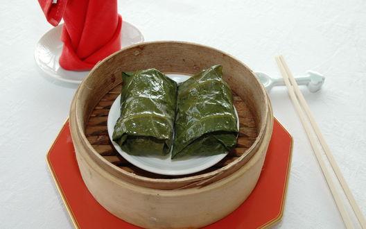 Обои Китайские голубцы из водорослей лежат на тарелке