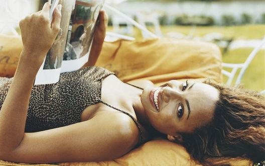 Обои Чернокожая красотка читает лежа журнал