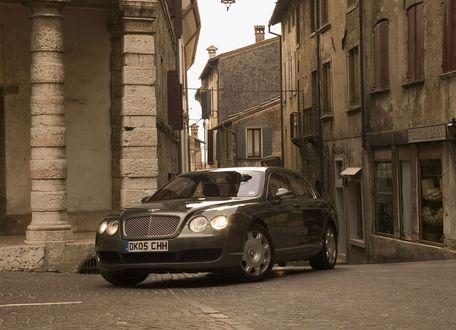 Обои Серая Бентли / Bentley на узких серых улочках города