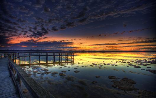 Обои Прогулочный пирс вечером, на закате дня, над спокойной водой большого озера