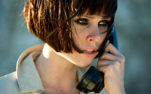 Обои Natalya Rudakova / Наталья Рудакова в роли Валентины говорит по телефону, кадр из фильма 'Перевозчик 3 / Transporter 3'
