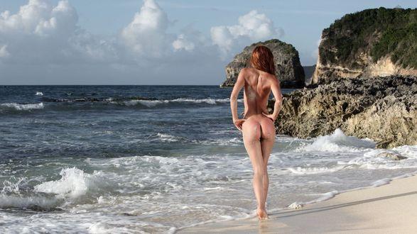 Обои Обнаженная девушка стоит на пляже у моря