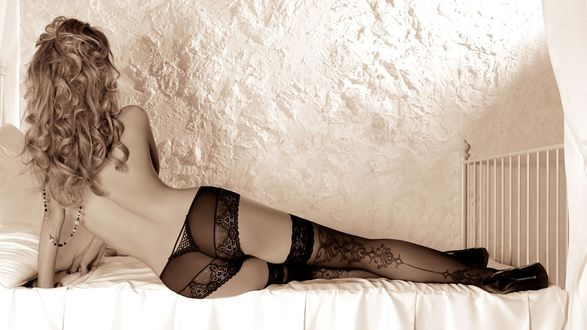 Грудастые голые девочки лежат на кровати фотообои фото 483-733
