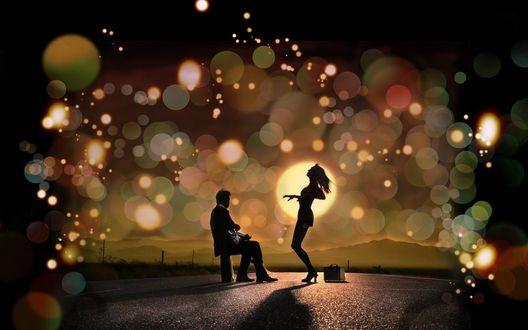 Обои Силуэты парня играющего на гитаре и танцующей девушки, на дороге на фоне заходящего солнца и ярких бликов