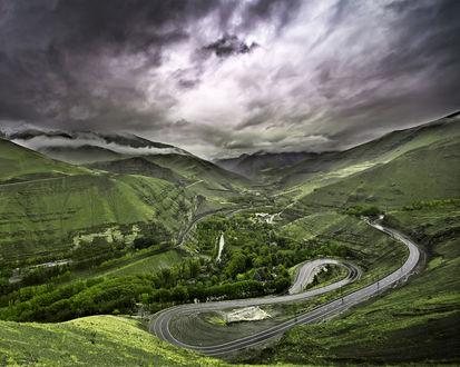 Обои Вид сверху на серпантин автодорог среди гор