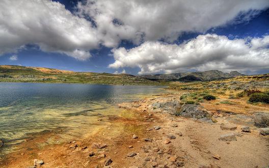 Обои Берег реки, над ним низкое летнее небо с большими белоснежными облаками