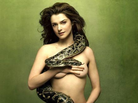 Обои Обнаженная Рейчел Вайс / Rachel Weisz со змеей