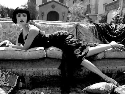 Обои Сальма Валгарма Хайек-Хименес / Salma Valgarma Hayek-Jimenez Лежит на диване, который стоит на улице