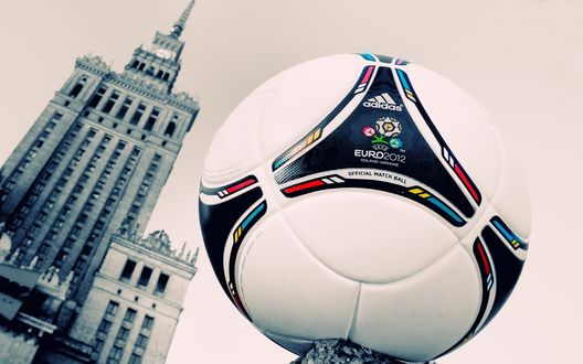 Обои Футбольный мяч от Адидас / Adidas к Евро 2012 / Euro 2012, Польша-Украина / Poland-Ukraine на фоне высотного здания