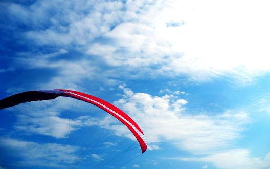 Обои Красный парашют на фоне неба