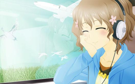 Обои Matsumae Ohana / Охана Мацумае из аниме Азбука Цветов / Hana-Saku Iroha едет в поезде, слушает музыку и мечтает сидя у окна, за которым пролетают гуси и самолёт