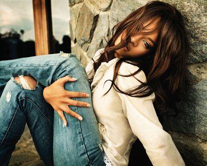 Обои Певица Риинна / Rihanna прислонилась к стене, зажав ногу рукой