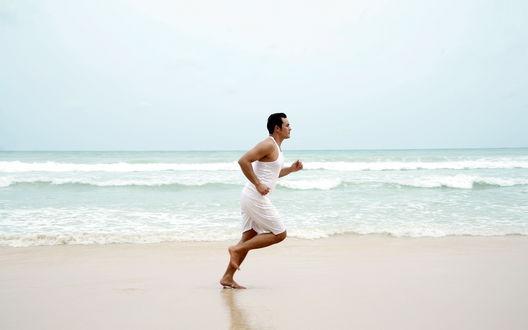 Обои Спорт на свежем воздухе, мужчина бегает вдоль морского берега