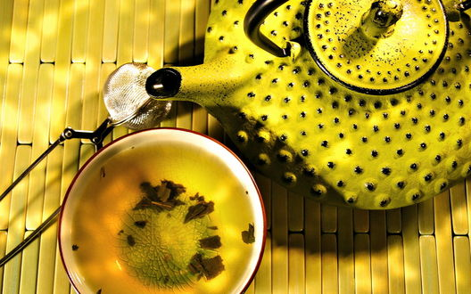 Обои Зеленый чай в желтом чайнике с пупырышками и старенькой пиале