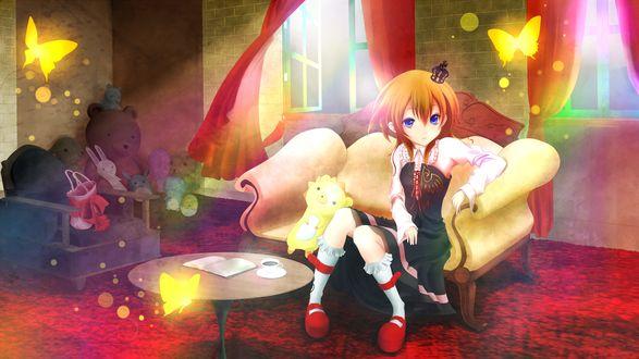 Обои Ushiromiya Maria / Уширомия Мария из аниме Когда плачут чайки / Umineko no Naku Koro ni в комнате с игрушками и золотыми бабочками сидит на диване