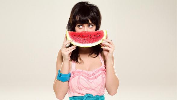 Обои Katy Perry / Кэти Перри приложила сочную арбузную дольку как улыбку ко рту