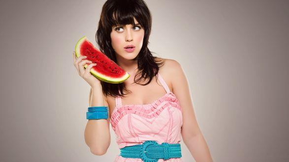 Обои Katy Perry / Кэти Перри с сочной арбузной долькой в руке