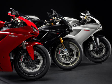 Обои Три Ducati / Дукати, красный 1198, черный 1198s и белый 848 стоят в ряд
