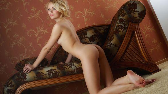 Обои Обнаженная блондинка стоит на коленях облокотившись на диван