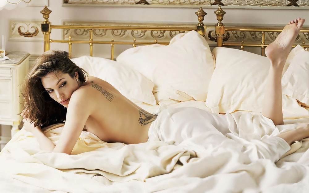 Грудастые голые девочки лежат на кровати фотообои фото 483-738