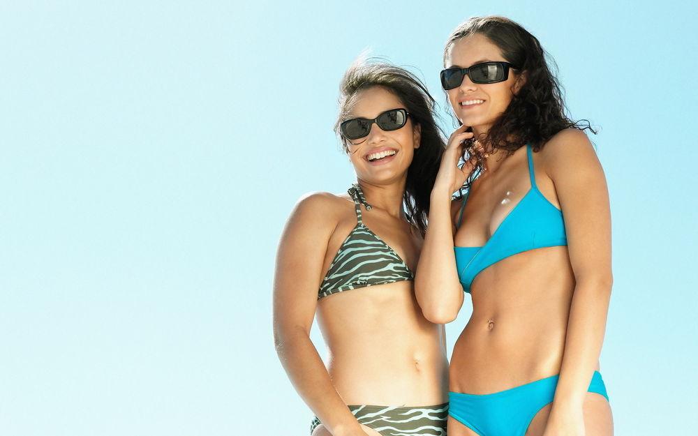 Две девушки молодых в купальниках