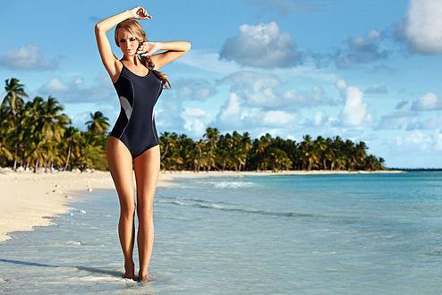 Обои Девушка Ewelina Olczak  / Эвелина Олкзак в чёрном купальнике идёт по пляжу у моря