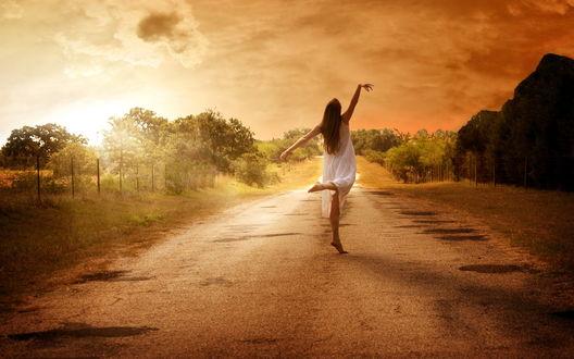 Обои Девушка в прозрачной ночной сорочке босиком танцует на просёлочной дороге