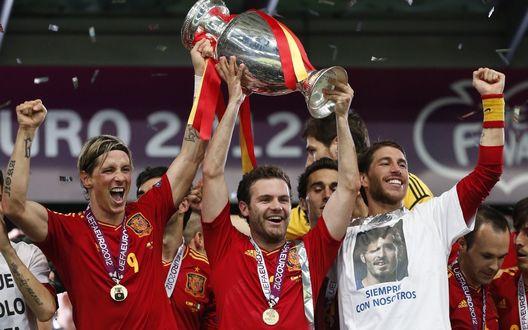 Обои Сборная Испании, чемпионы Европы по футболу 2012, держат кубок