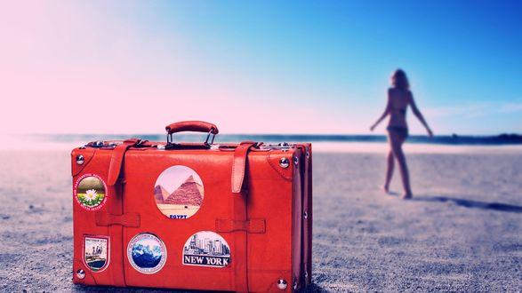 Обои Оставив красный дорожный чемодан с наклейками Egypt / Египет, New York / Нью-Йорк, девушка идет к морю