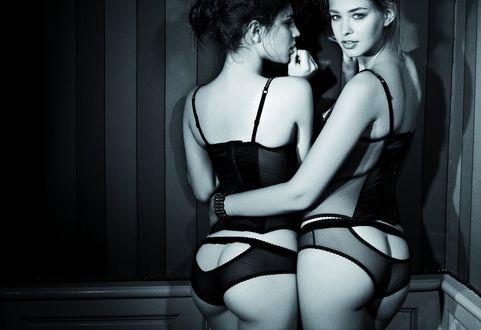 Две девушки попы фото