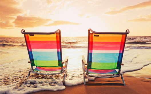 Обои Два пляжных кресла на морском побережье